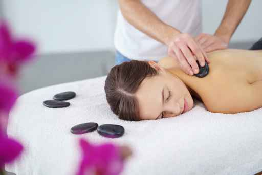 attraktive frau entspannt bei einer hot stone massage